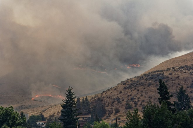 Heavy smoke rises from the Chelan Fire. Photo by Ben Brooks (Creative Commons)